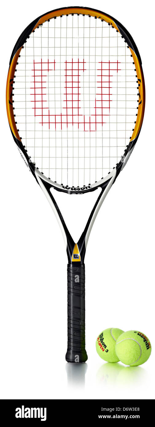 Raqueta de tenis y pelotas cortadas Foto de stock