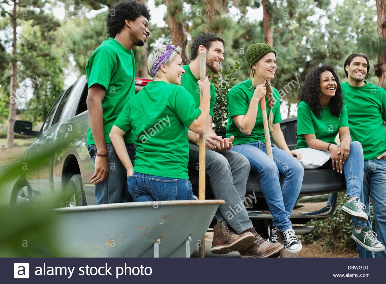 Grupo de happy clean up crew sentado en el portón Imagen De Stock