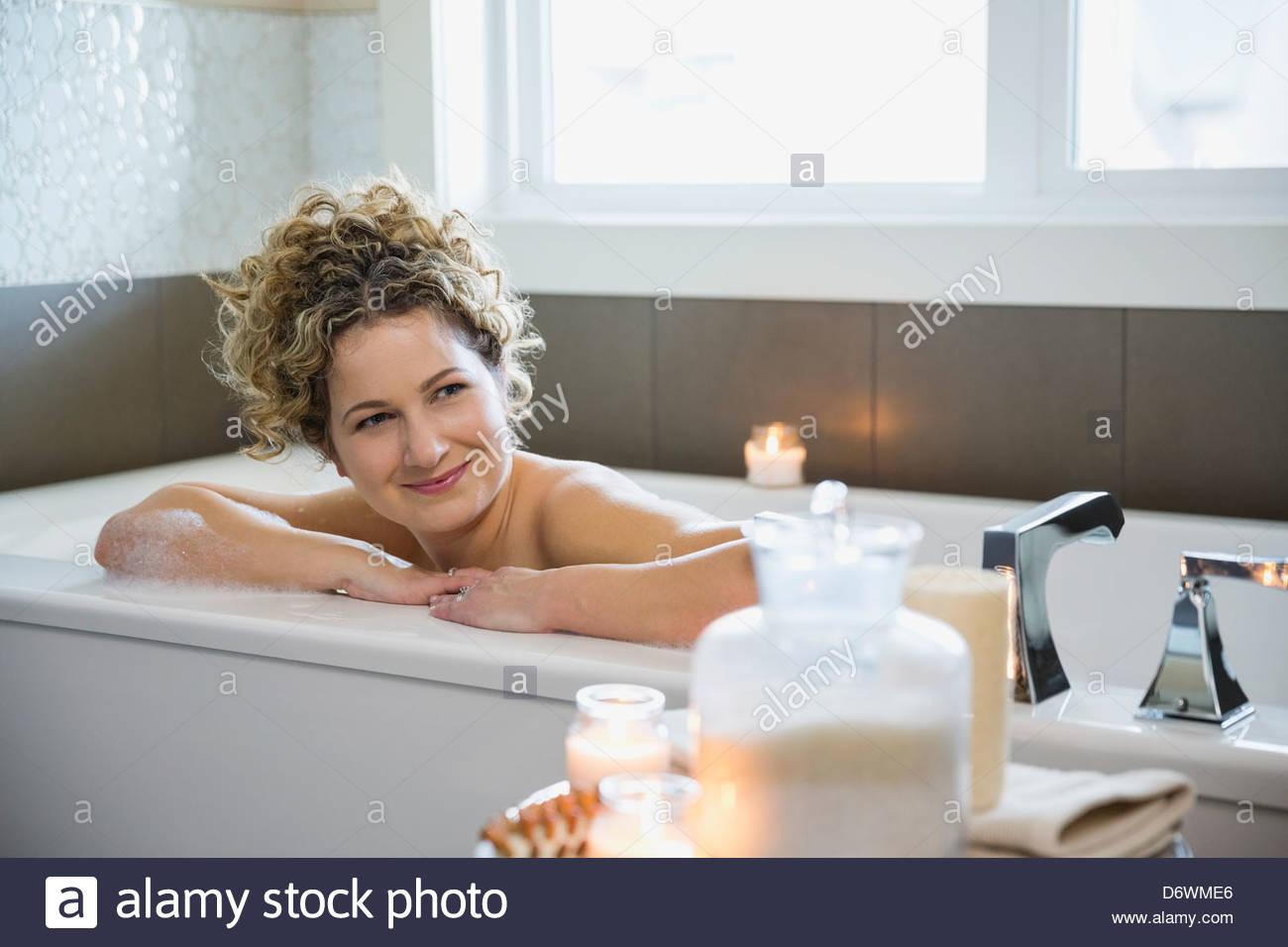 Mujer madura en busca de distancia mientras se relaja en la bañera. Imagen De Stock
