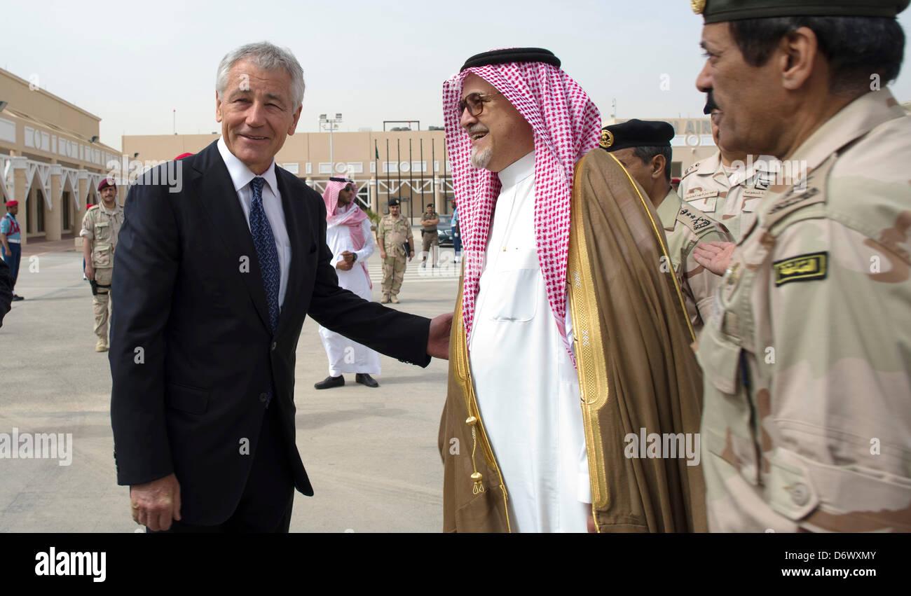 El Secretario de Defensa de EE.UU Chuck Hagel gracias Príncipe Fahd bin Abdullah, el Viceministro de Defensa, antes Foto de stock