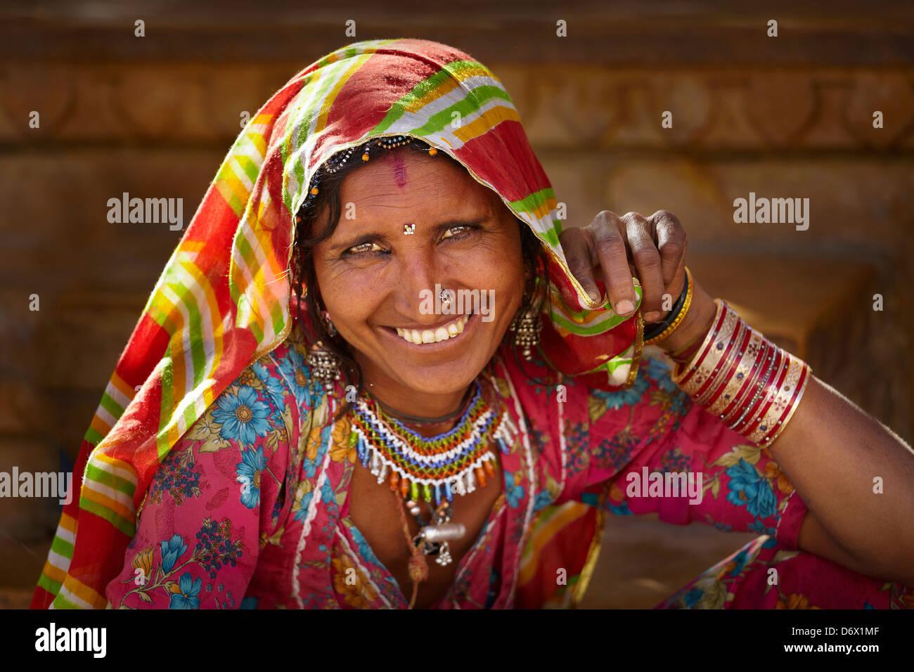 Retrato de mujer india sonriente, Jaisalmer, Estado de Rajasthan, India Foto de stock