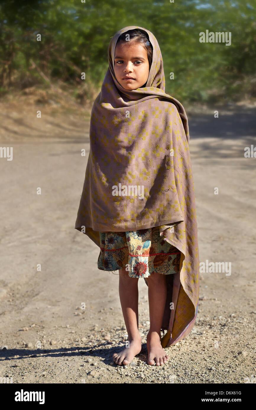 Hijo de la India - retrato de la India joven pequeña niña de pie en la carretera, el estado de Rajasthan, Imagen De Stock