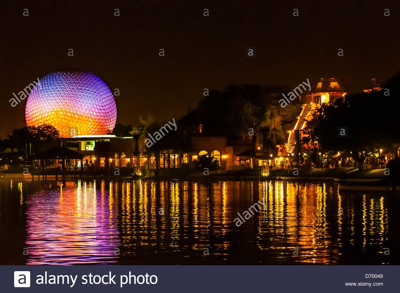World Showcase Lagoon con Spaceship Earth (geosfera) en el fondo, Epcot, Walt Disney World, Orlando, Florida, EE.UU. Imagen De Stock