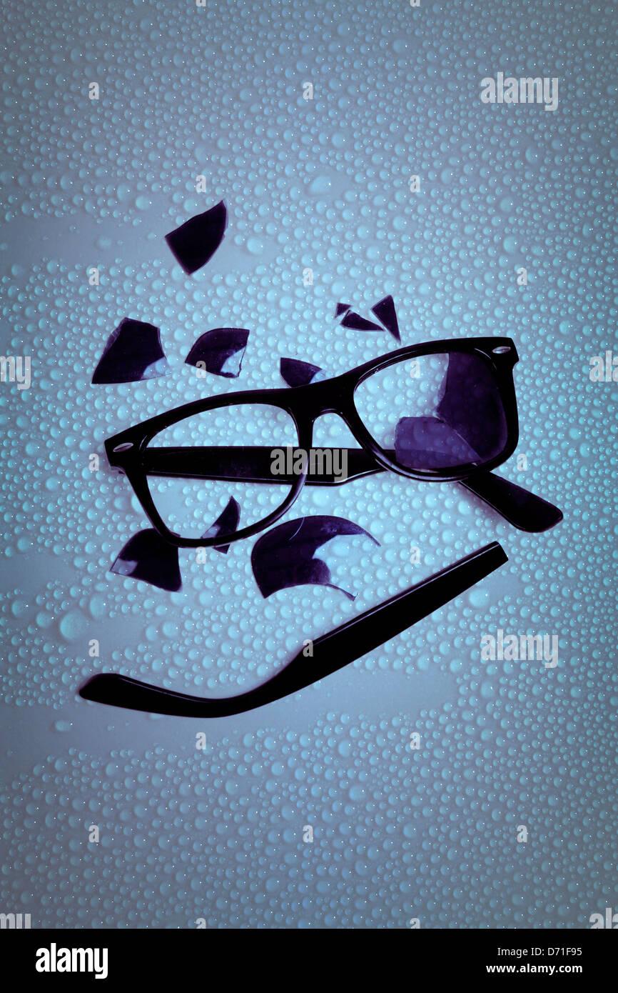 Gafas rotas en una tabla húmeda Imagen De Stock