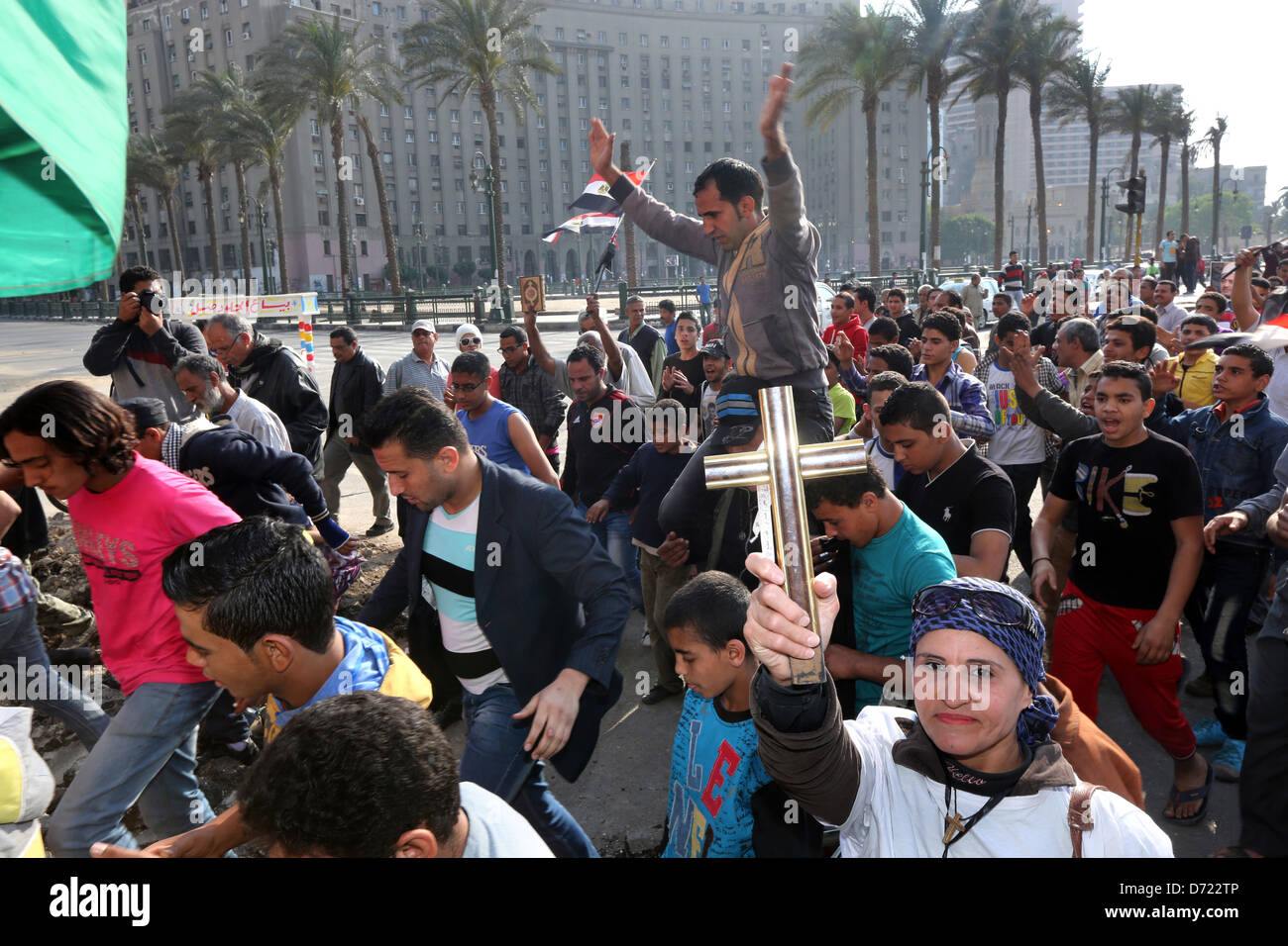 Una mujer cristiana tiene una cruz de madera durante un cristiano-musulmán pacífico mitin masivo en la Imagen De Stock