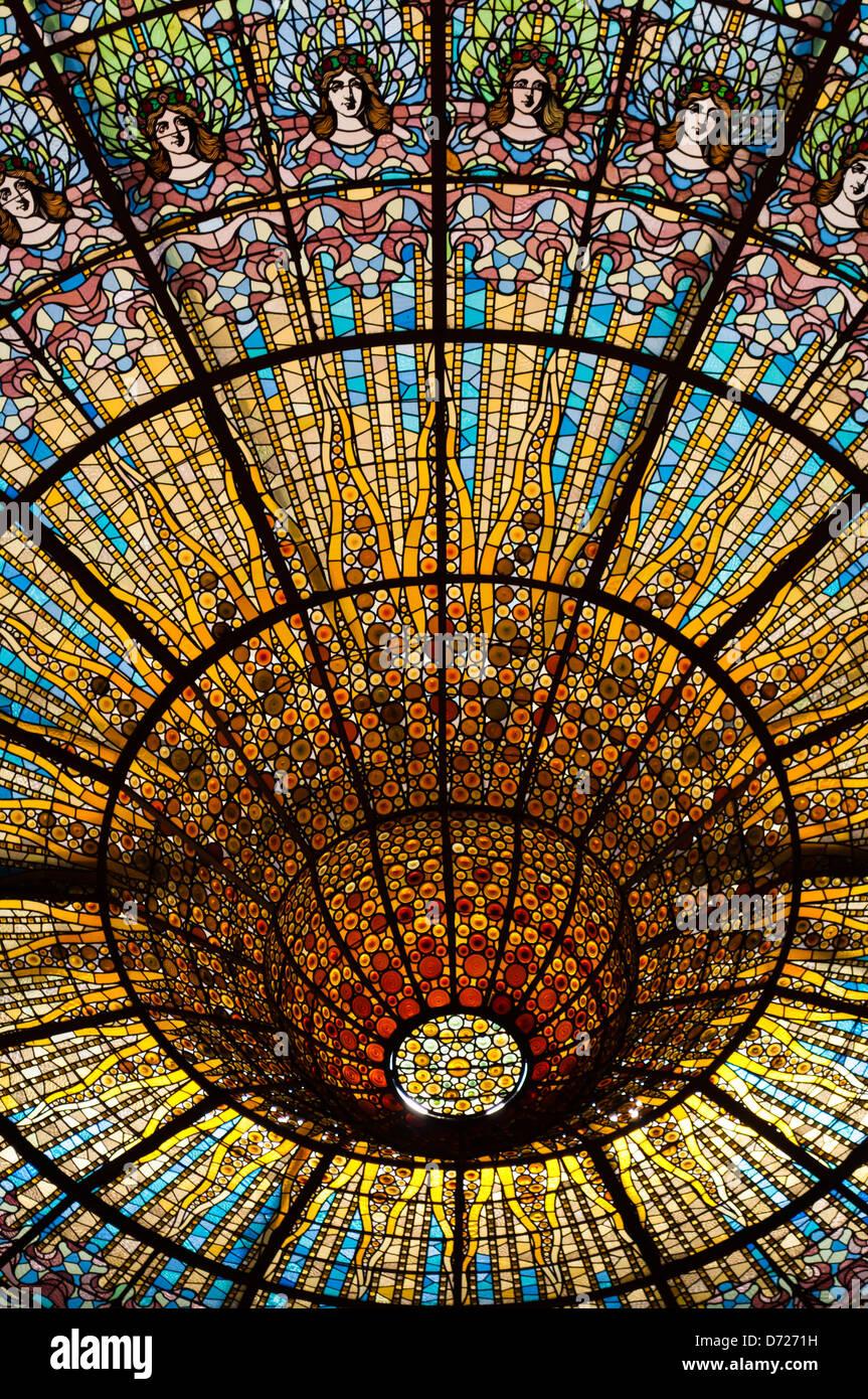 Techo de cristal en el Palau de la Música Catalana, Barcelona, Cataluña, España Imagen De Stock