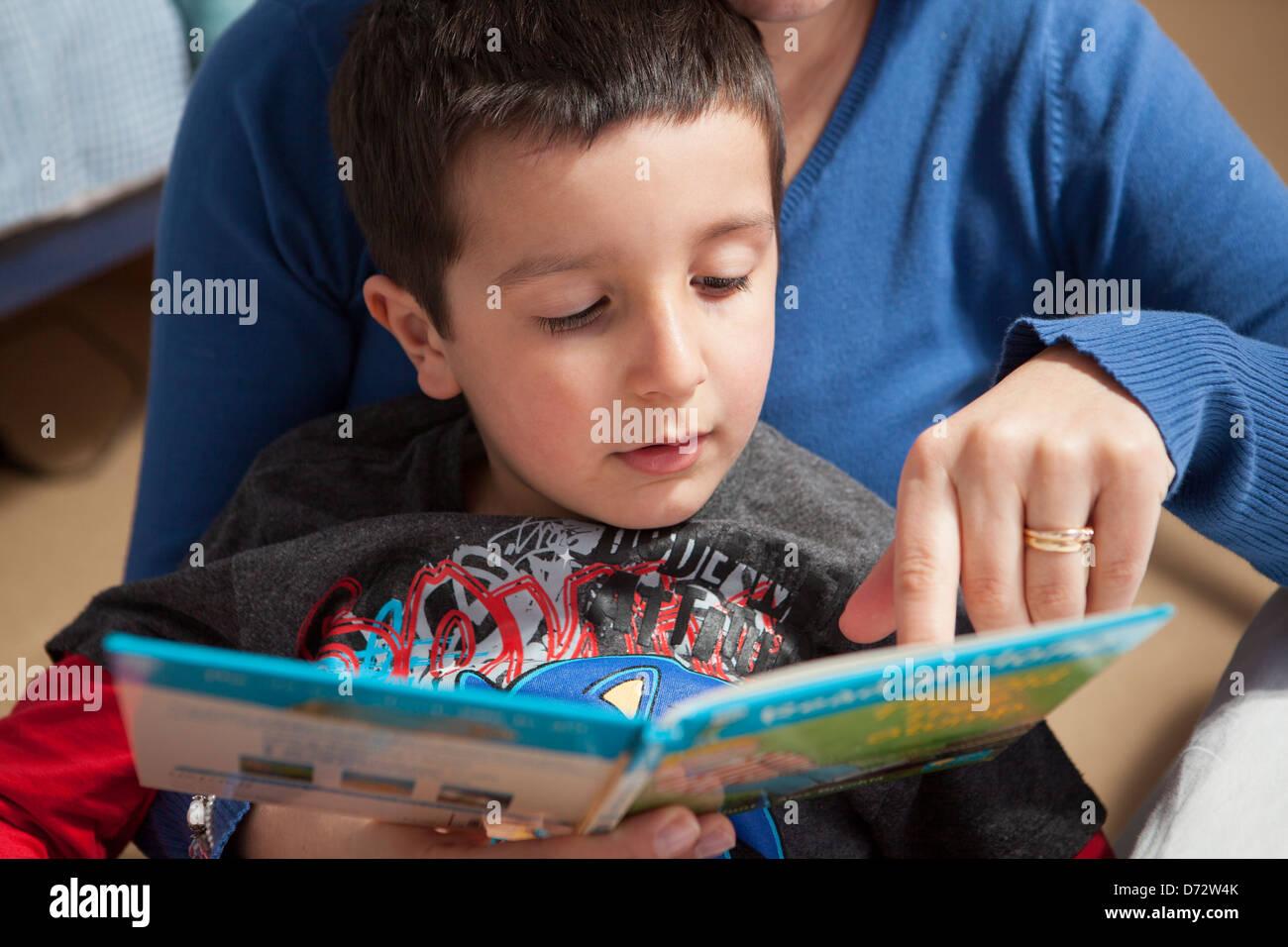 Madre Hijo enseña a leer Foto de stock