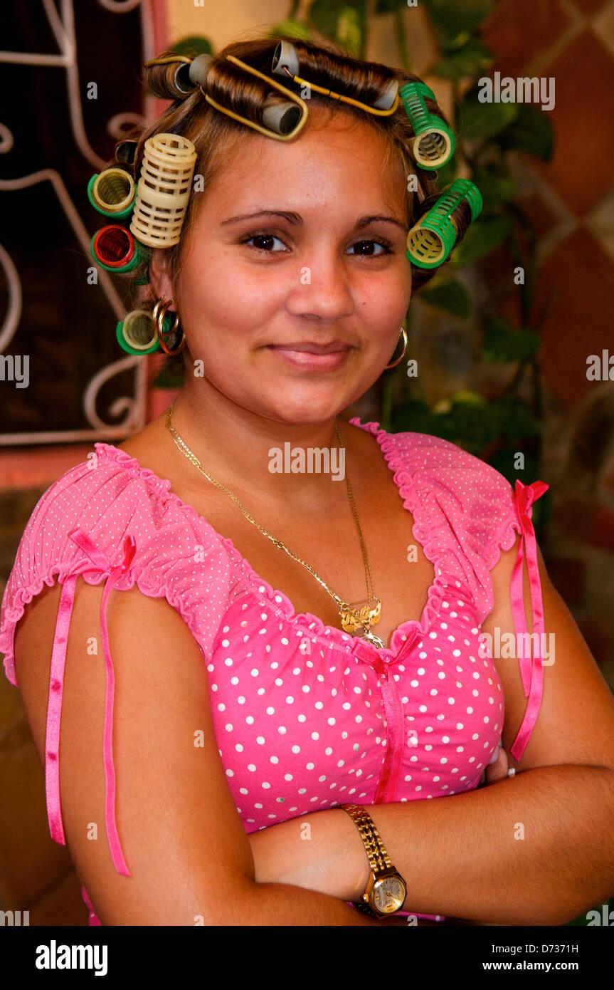 Mujer cubana w/ rulos en su pelo, Trinidad, provincia de Sancti Spíritus, Cuba. © kraig lieb Imagen De Stock