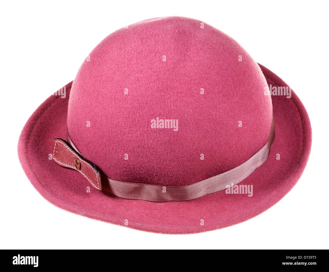 Mujer sentía magenta sombrero con ala ancha sobre el bloque de madera  aislado sobre fondo blanco 5023e8347c8