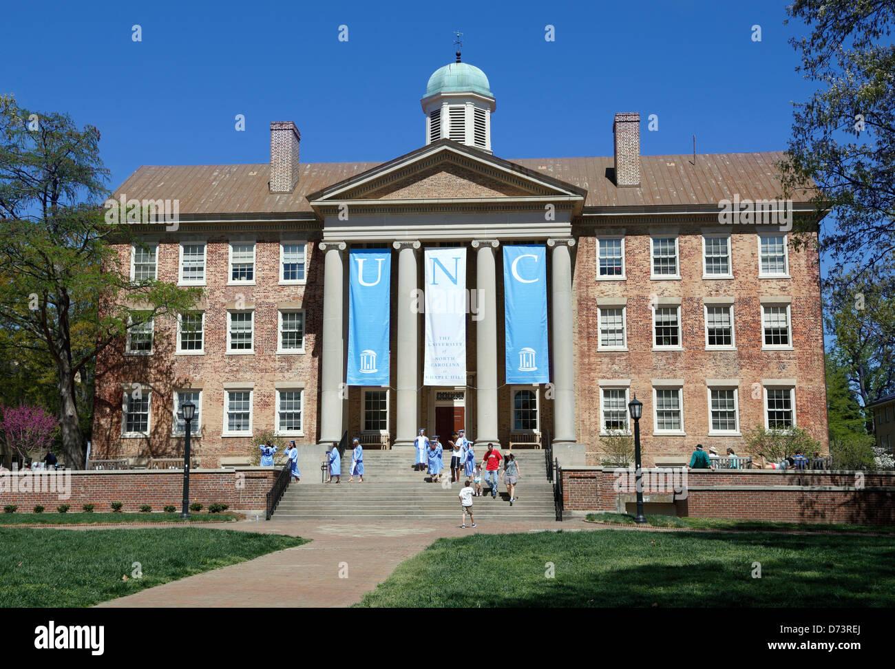 Universidad de Carolina del Norte, Chapel Hill, UNC. Estudiantes en trajes de graduación en las escaleras del Imagen De Stock