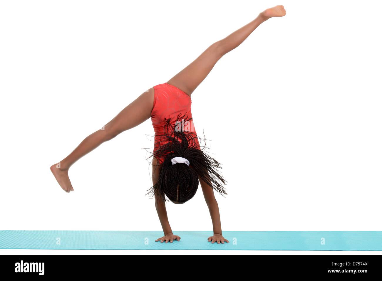 Joven negro niña haciendo gimnasia cartwheel desenfoque de movimiento Imagen De Stock