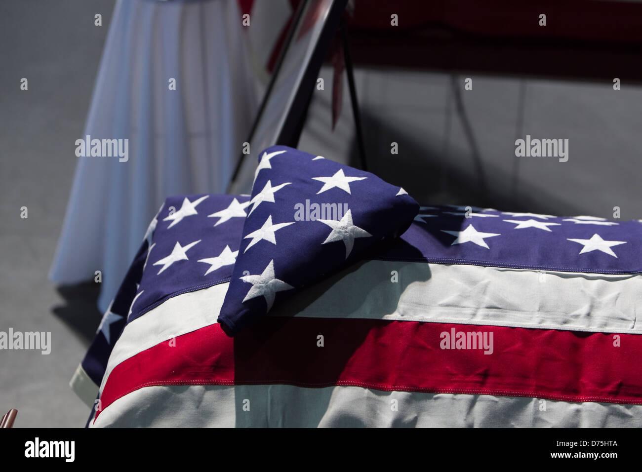 Bandera estadounidense tapaba el ataúd de un Bombero fallecido en  cumplimiento de su deber combatiendo el 709cfcf3d7b