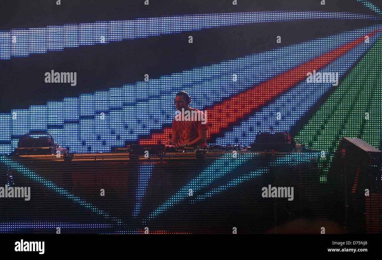 Músico holandés DJ Tiesto realiza durante un evento en vivo en la isla balear de Ibiza Español. Foto de stock