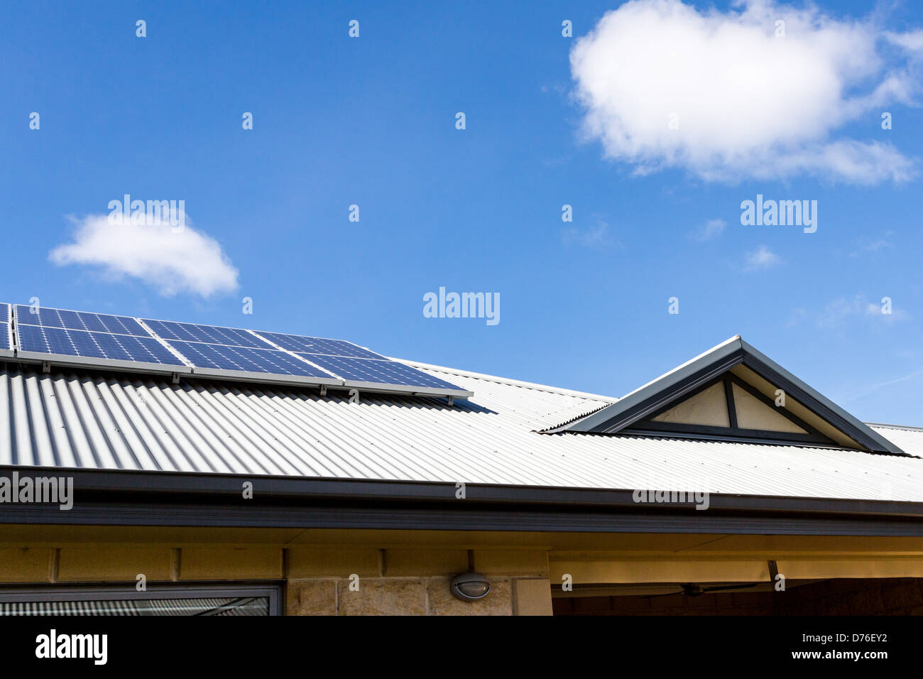 Gable en acero Colorbond techo con paneles solares Foto de stock