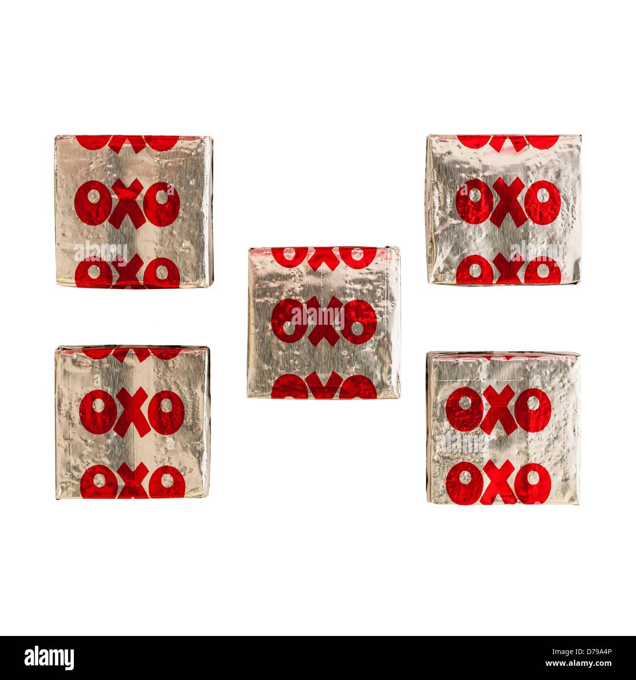 Carne Oxo cubos sobre un fondo blanco. Imagen De Stock