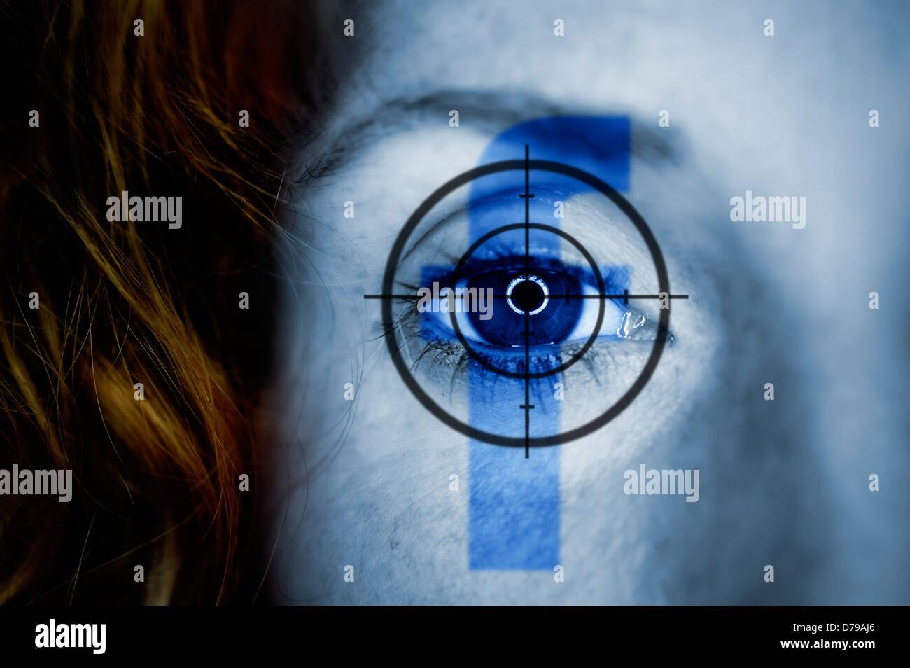 Ojo con la mujer mira y el logotipo de Facebook, protección de datos con Facebook , Frauenauge mit Fadenkreuz Imagen De Stock
