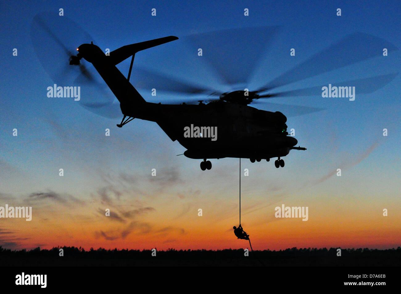 Soldados de las fuerzas de operaciones especiales de Estados Unidos fast rope desde un helicóptero durante Imagen De Stock