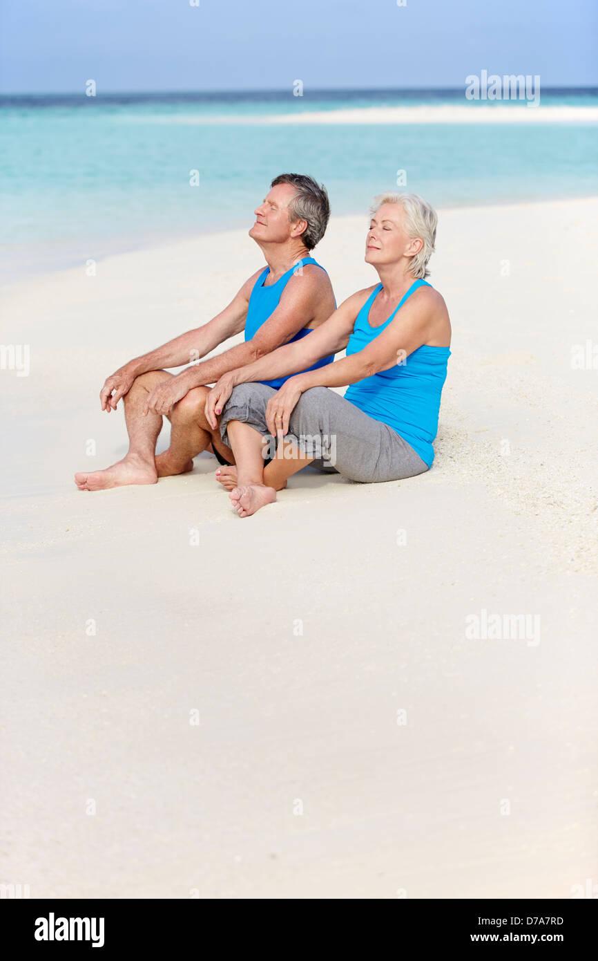 Las parejas ancianas en ropa deportiva relajante en Playa Hermosa Imagen De Stock