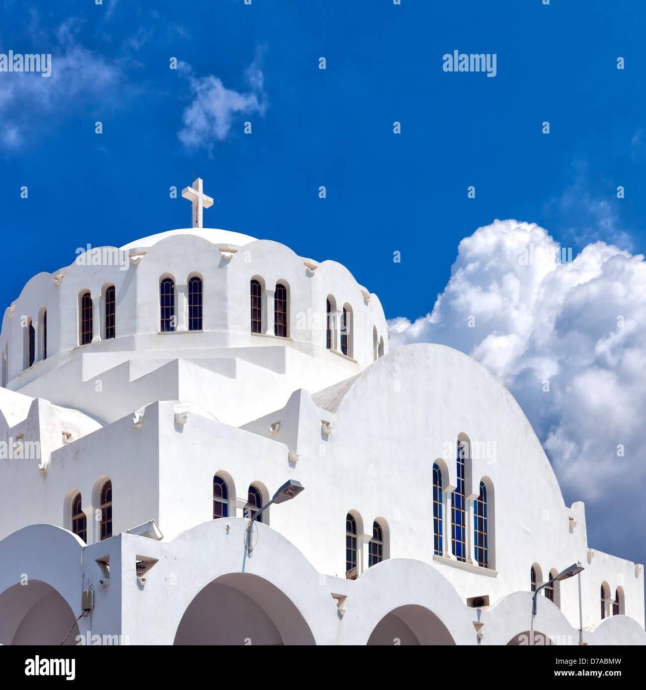 La Catedral Metropolitana ortodoxa situada en la ciudad de Fira, la capital de la isla griega de Santorini. Imagen De Stock