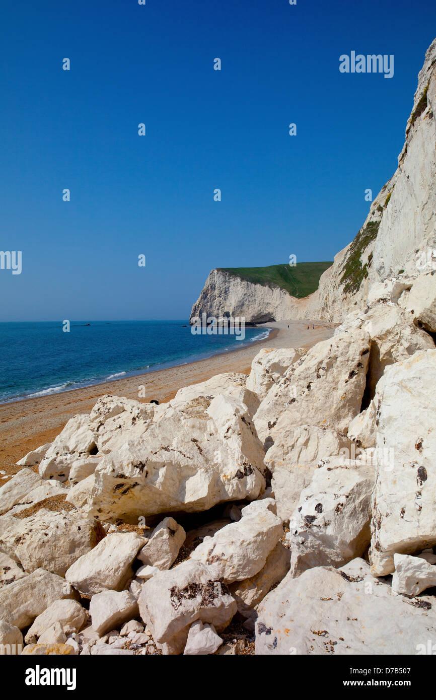 La caída de rocas desde los acantilados de tiza en la cabeza entre la puerta de Durdle Swyre y cabeza de murciélago en la costa de la herencia de SW, Dorset, Inglaterra, Reino Unido. Foto de stock