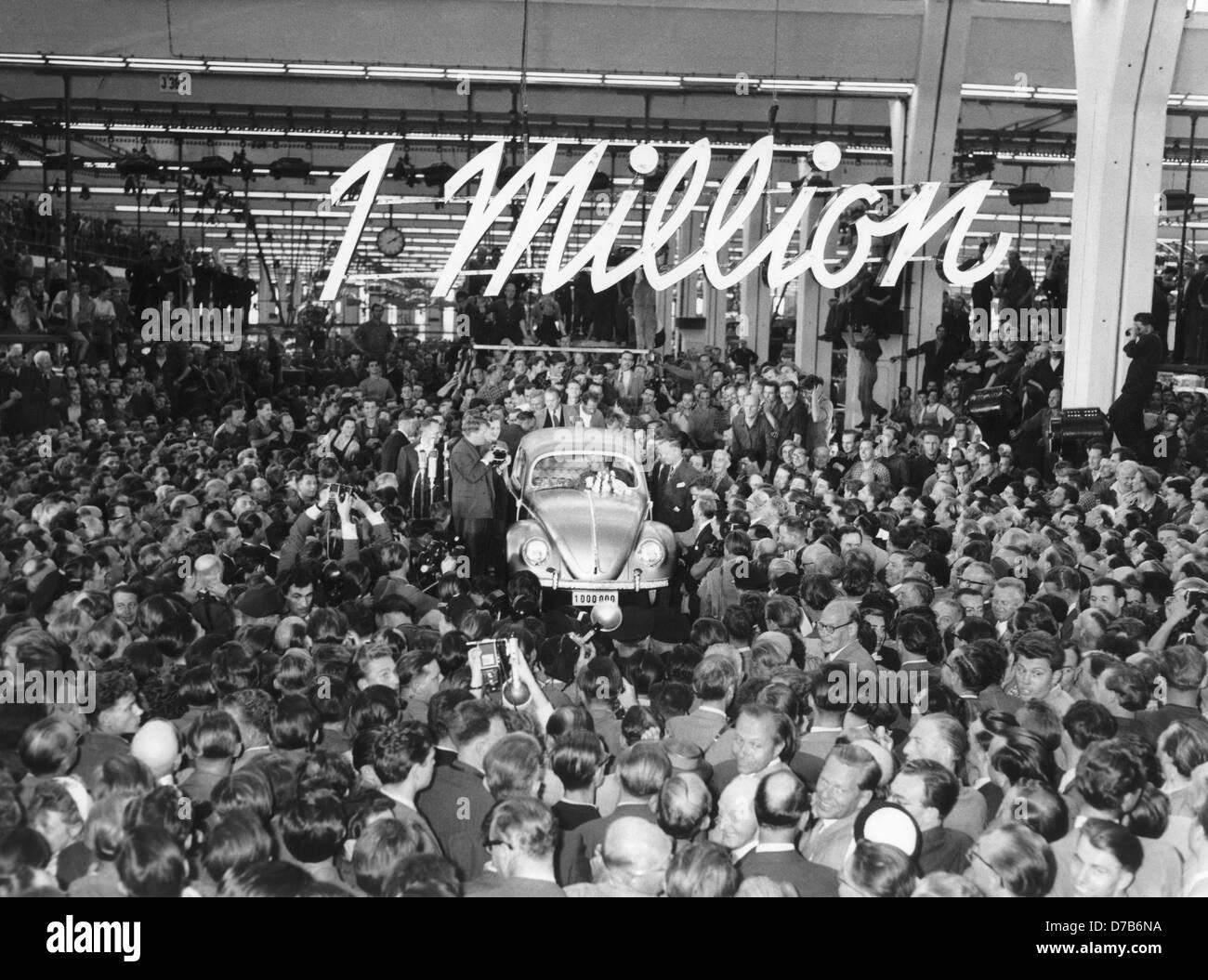 El millonésimo VW Käfer se presenta en Wolfsburg el 5 de agosto de 1955. Foto de stock