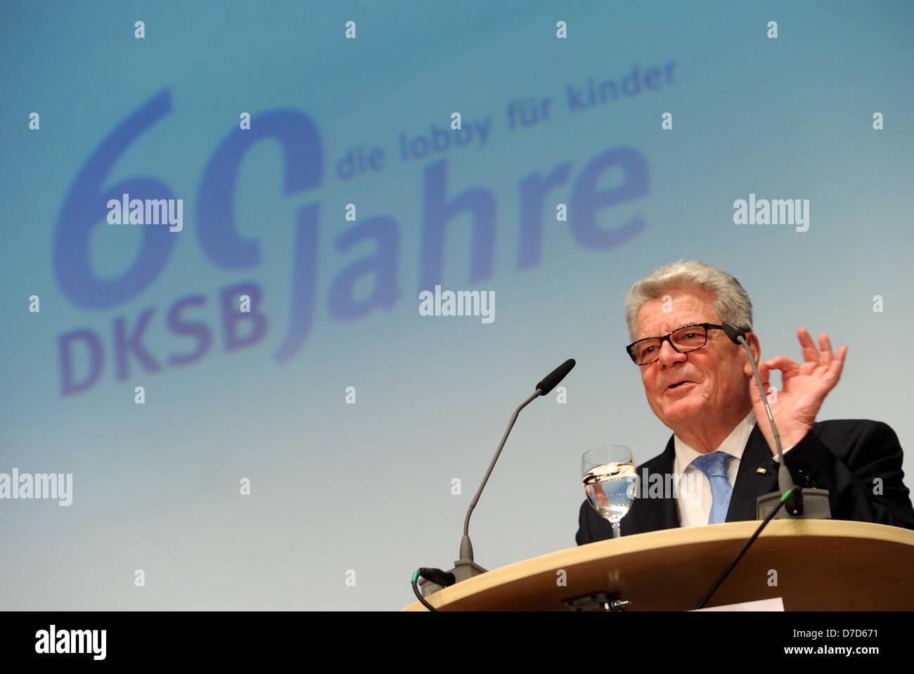 Imagen de un documento de fecha 03 de mayo de 2013 muestra el presidente alemán Joachim Gauck hablar en el escenario durante el 60º aniversario de la Liga de Protección de la Infancia alemana (DKSB) en Munich, Alemania. DKSB tiene más de 50.000 miembros, Thanh. Foto: Deutscher Kinderschutzbund e.V./Tobias Hase Foto de stock