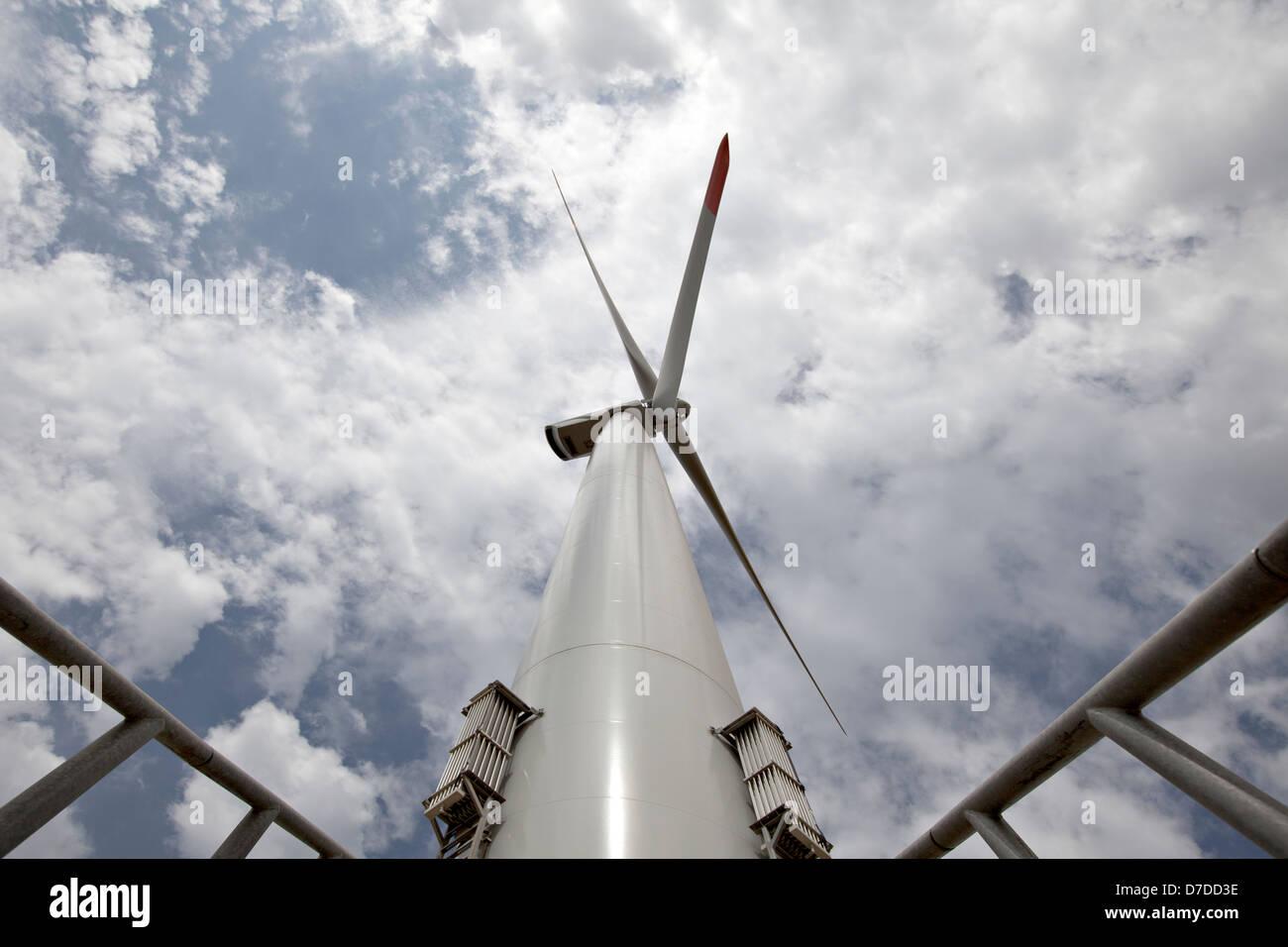 La turbina eólica - fuente de energía alternativa y verde Imagen De Stock
