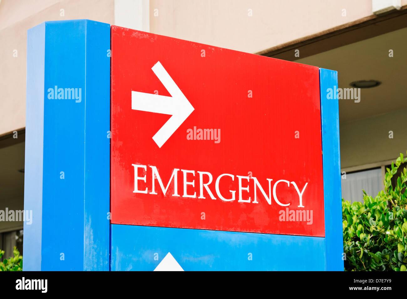 Firmar en el hospital apunta hacia la entrada de la sala de emergencia. Foto de stock