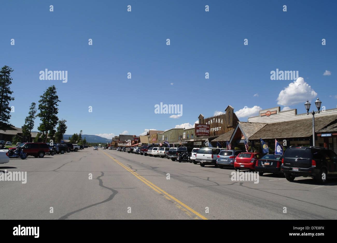 Blue Sky ver muchos coches aparcados los caminos de asfalto gris  Yellowstone Avenue en la calle e7799f57bc0