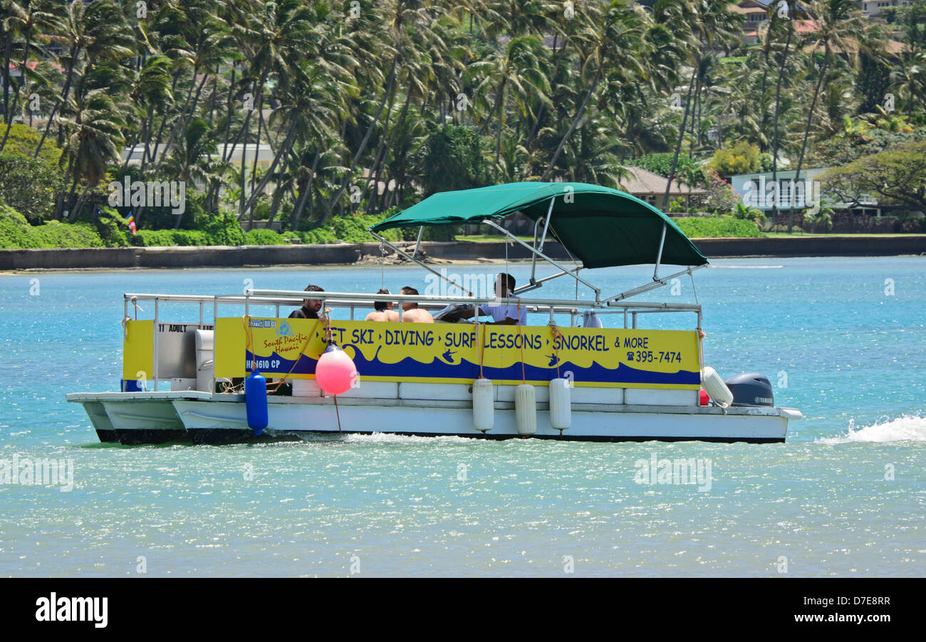 Un Pontoon Boat para turistas recibiendo clases de buceo en Hawaii Kai, Oahu, Hawaii. Foto de stock