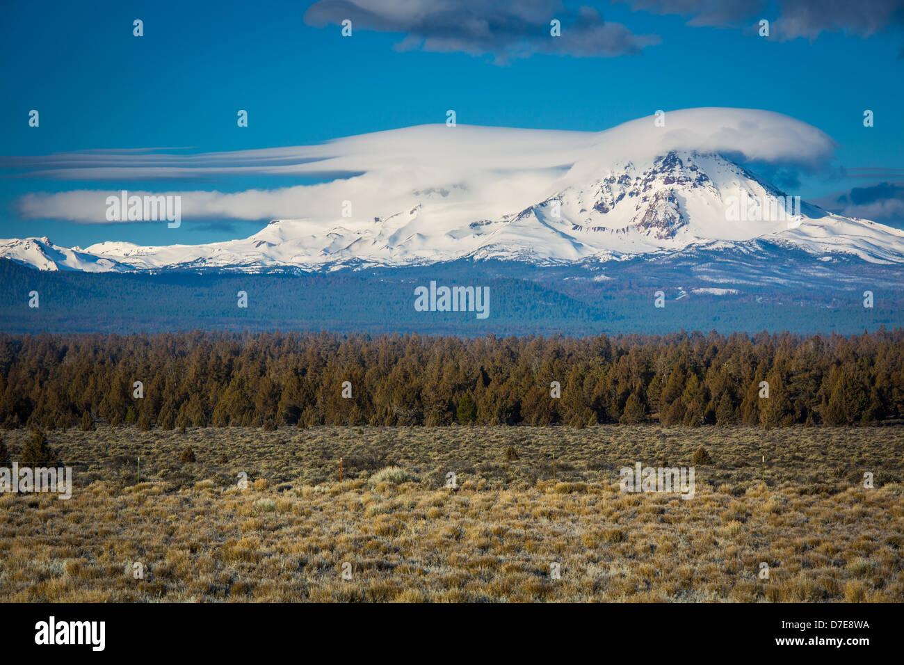 Nubes lenticulares flotando sobre el pico de Rota en la cúspide de las montañas Hermanas Desierto de Oregón Imagen De Stock