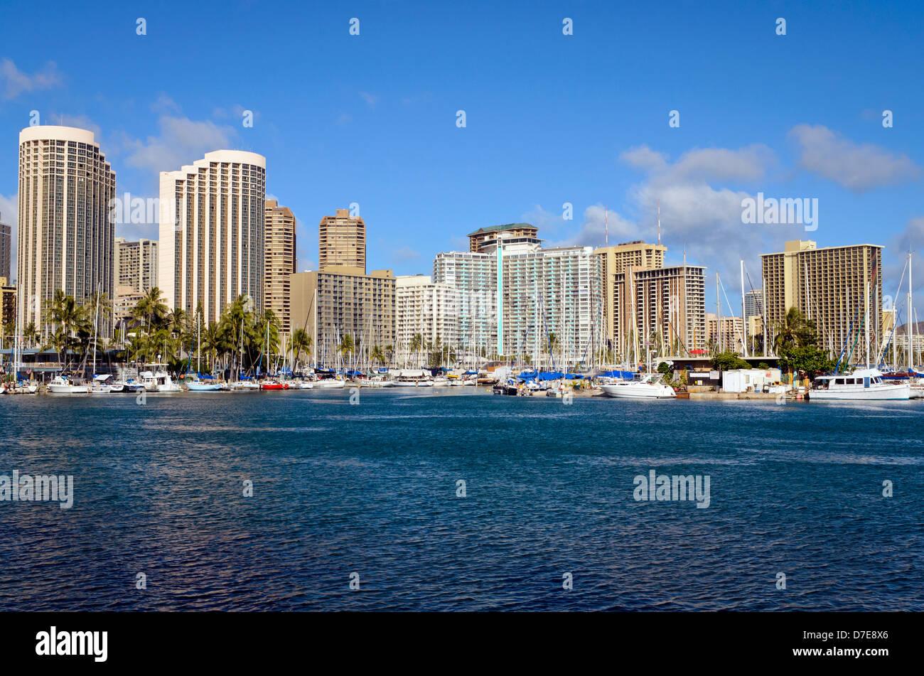 Vista de Honolulu Yacht Harbor de Isla Mágica con edificios detrás de Honolulu Foto de stock