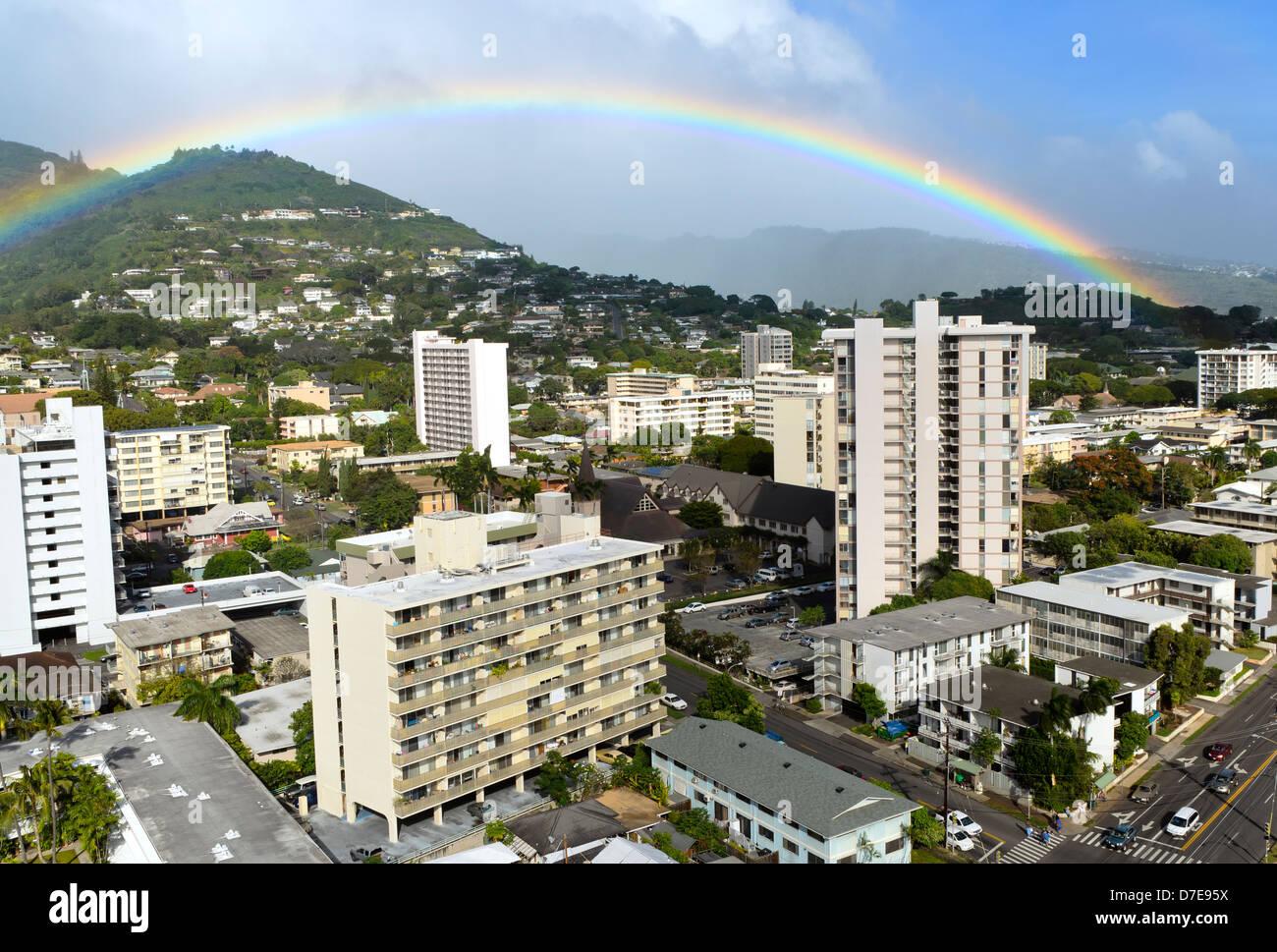 Arco iris sobre el vecindario Makiki en Honolulu, Hawaii, en la isla de O'ahu Foto de stock