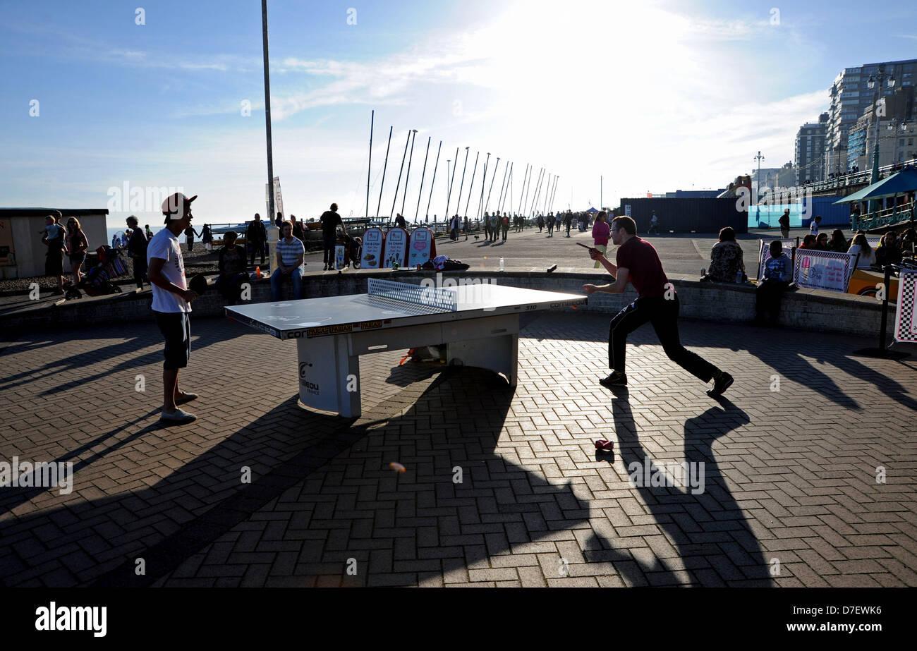 Brighton, Reino Unido el 6 de mayo de 2013, jugando al tenis de mesa como el sol va abajo en Brighton Seafront después Imagen De Stock
