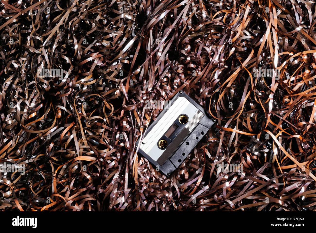 Grabación audio cassette de plástico negro descansando sobre una gran  cantidad de cintas de audio magnético. db702fb74a31