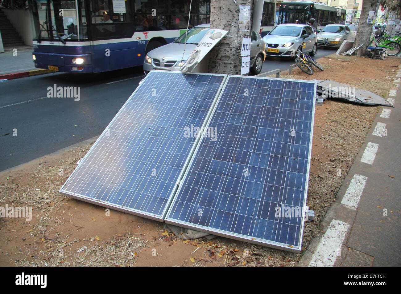 Los colectores solares utilizados para proporcionar energía a la carpa movimientos de protesta en el Bulevar Rothschild Foto de stock