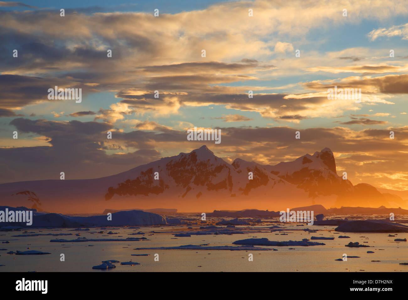 Atardecer / amanecer mientras viajamos por debajo del Círculo Antártico, la Antártida. Imagen De Stock