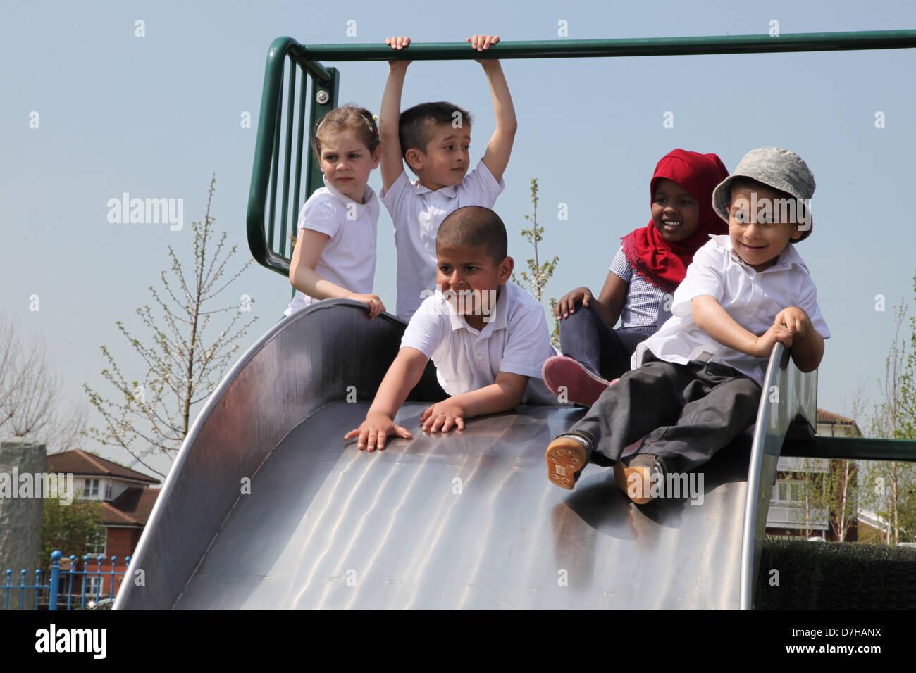 Niños jugando en una diapositiva en un parque en Londres Imagen De Stock