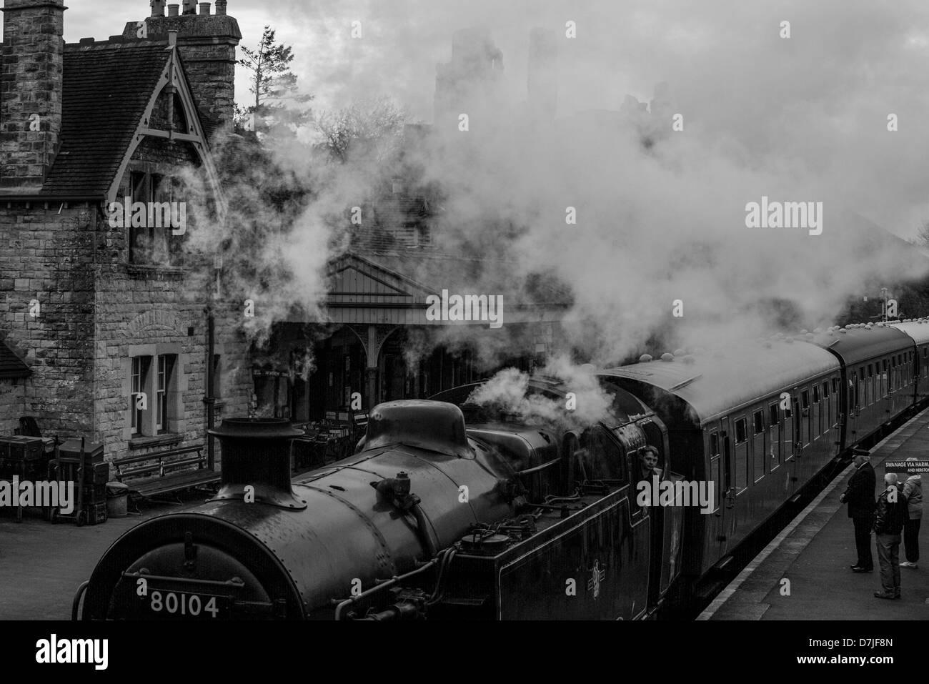 Imagen en blanco y negro de Swanage Railway tren de vapor que llegó a el castillo Corfe village, un Fideicomiso Nacional ubicación en Dorset, Reino Unido. Foto de stock