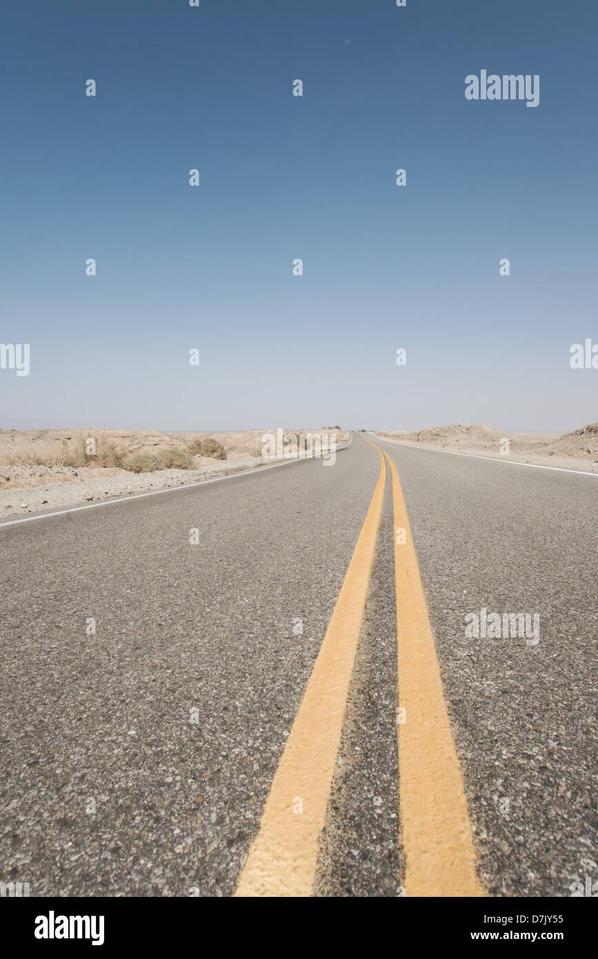 Interminable carretera vacía con líneas amarillas divisorias en California Imagen De Stock