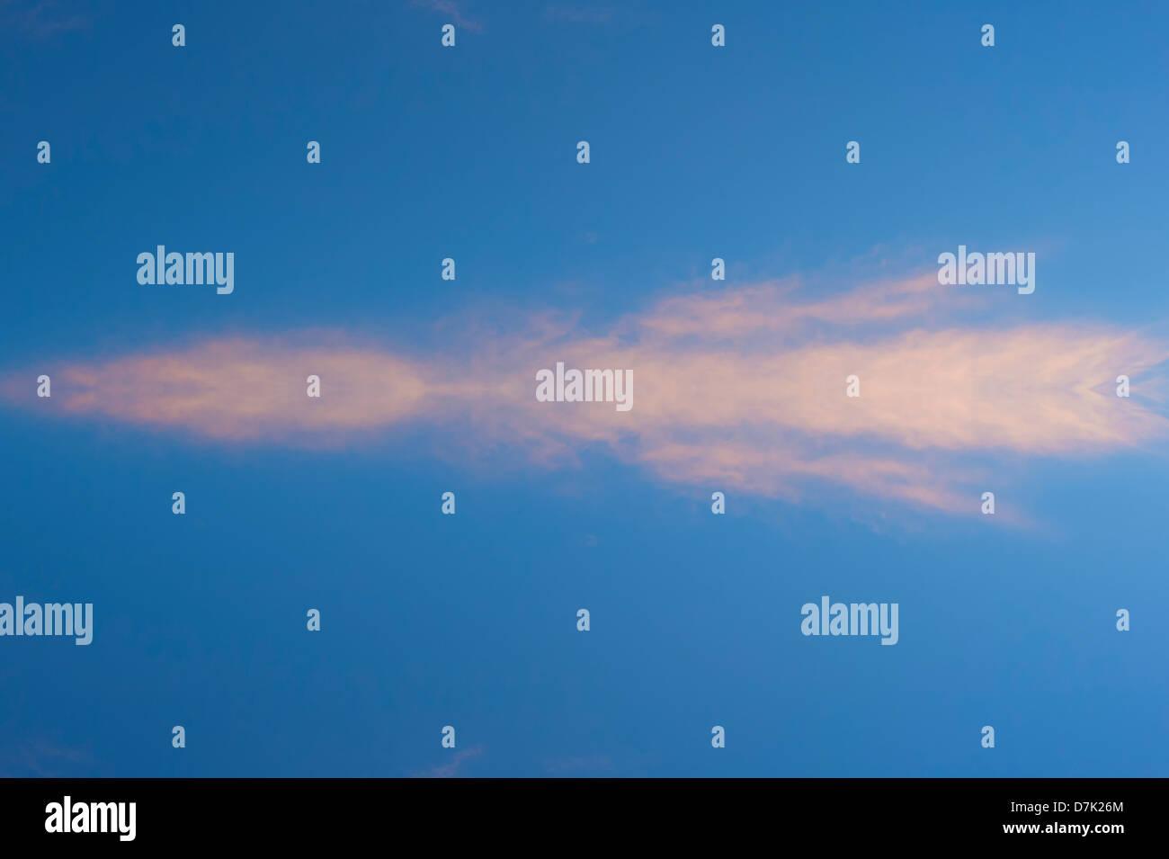 Flecha como nube en el cielo azul Imagen De Stock