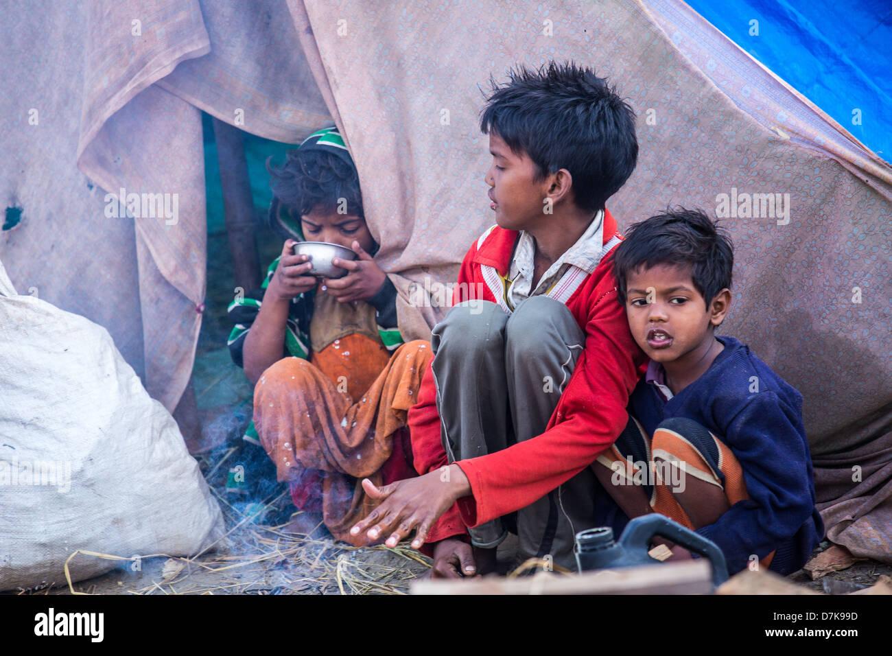 Los niños que viven en una aldea de tiendas, Allahabad, India Imagen De Stock