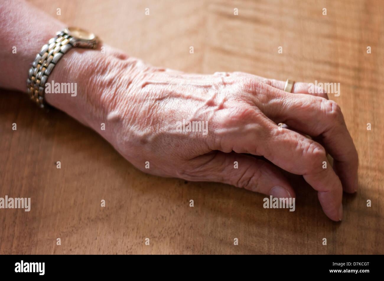 Alemania, Hesse, Frankfurt, la mano del hombre en la tabla Imagen De Stock