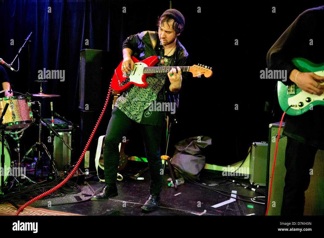 Birmingham, Reino Unido. Banda de rock alternativo La Orquesta Mortal desconocido (de Nueva Zelanda y Estados Unidos) en un concierto en Birmingham Institure 8 de mayo de 2013. Ruban Nielson, cantante y guitarrista. Foto de stock