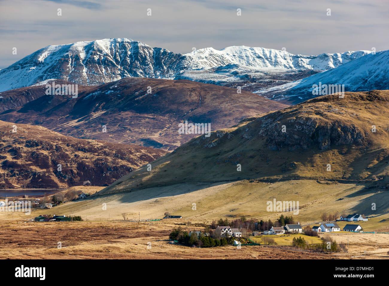 Una vista hacia Elphin (crofting Ailbhinn) un township en Assynt, Sutherland, en el noroeste de Escocia, Reino Unido, Europa. Foto de stock