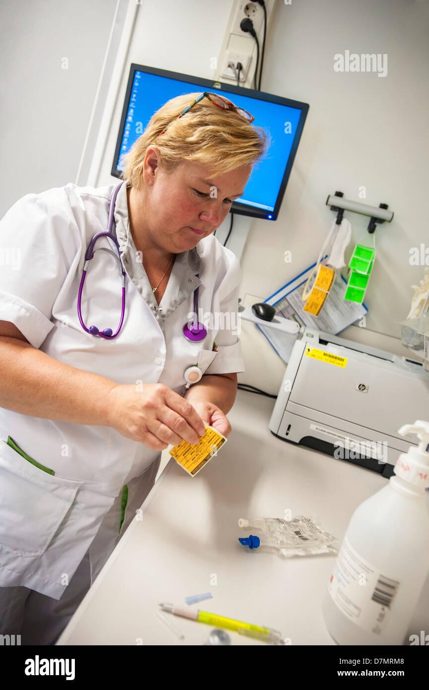 Enfermera preparar drogas Imagen De Stock