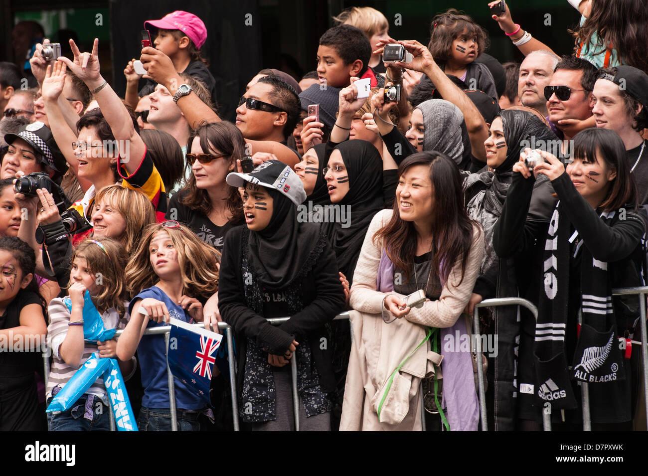 Muchedumbre cosmopolita alegrar a los All Blacks en su victoria desfile a lo largo de Queen Street, el día Imagen De Stock