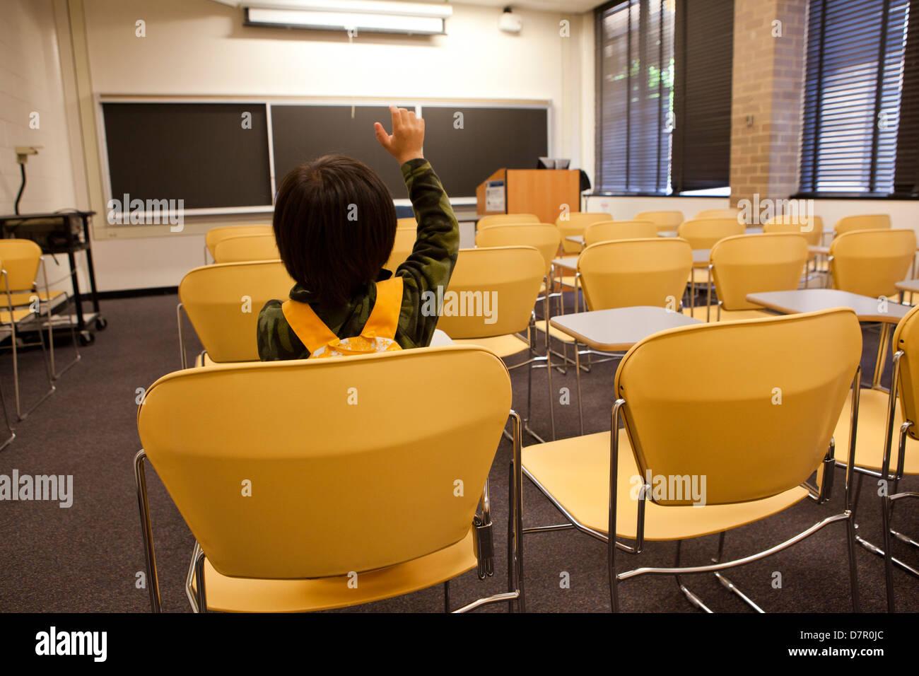 Muchacho sentado en la clase solo - EE.UU. Imagen De Stock