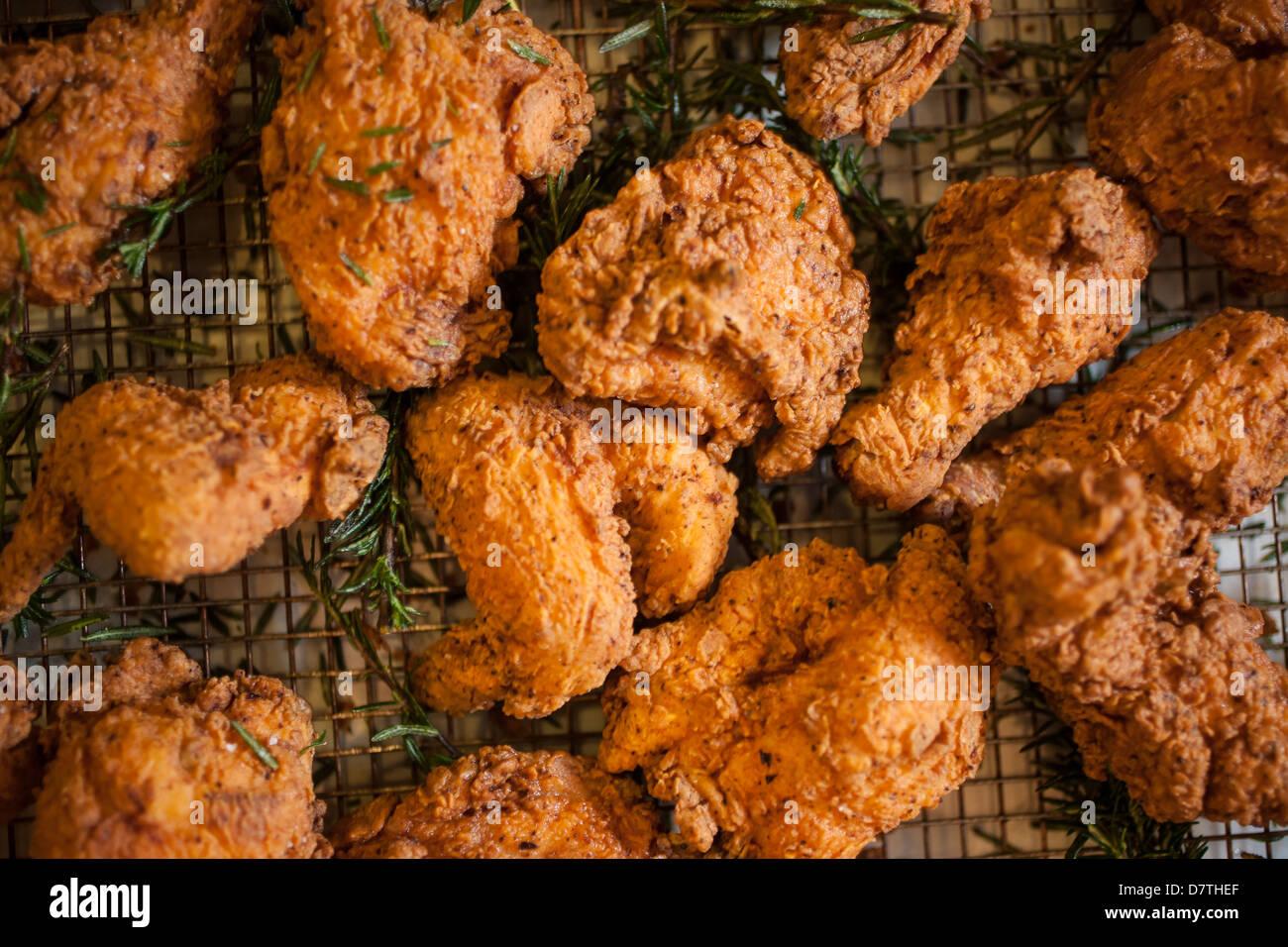 Pollo frito en la freidora. Imagen De Stock