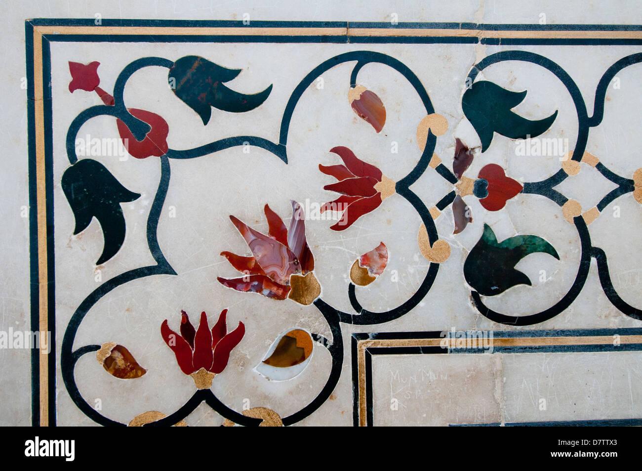 5f0dd7cad4 Cierre de trabajos de taracea de piedras en el Taj Mahal en Agra, India  Imagen